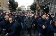 Privatizzazione bus di Genova: Beppe Grillo si unisce ai tranvieri in lotta