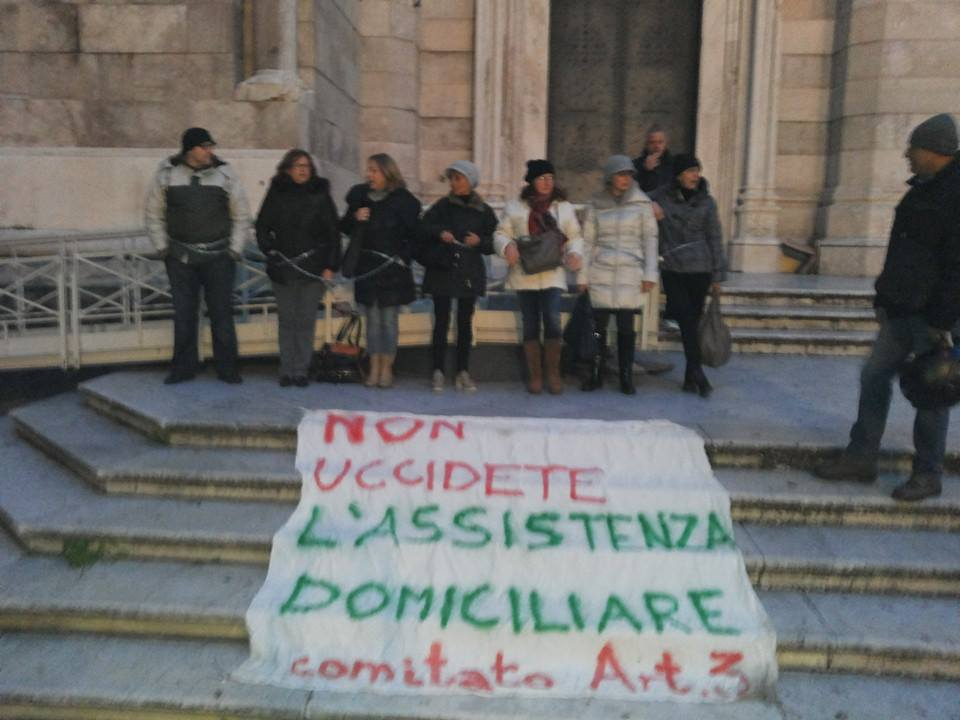 Napoli: operatrici sanitarie incatenate davanti al Duomo