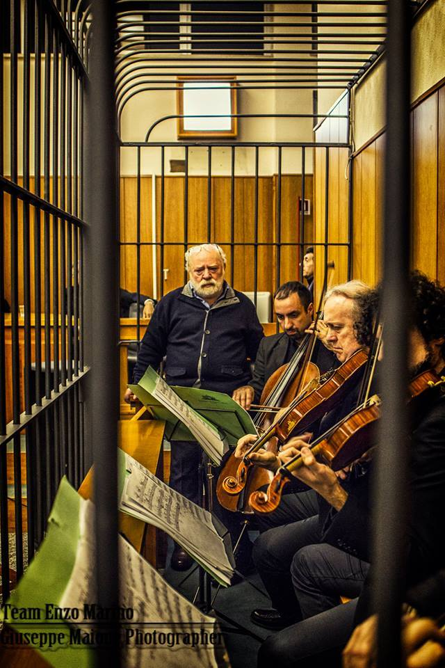 Il Maestro Enzo Marino si chiude nella gabbia degli imputati