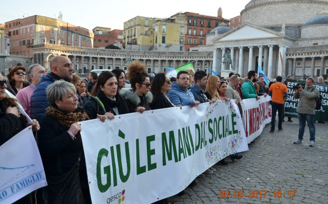 Napoli, il Comune vuole far pagare ai poveri la spesa sociale. Estesa l'addizionale Irpef